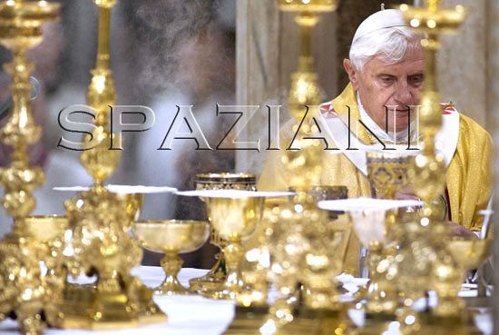 Pope_Benedict_XVI_ Domini_ mass_9_april_2009_15