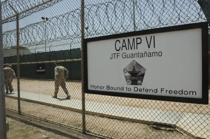 epa01423000 In this image reviewed by the US Military, and made available on 24 July 2008, a sign marks one of the entrances to the detention center, at Guantanamo Bay US Naval Base, in Cuba, 23 July 2008. EPA/RANDALL MIKKELESEN / POOL IMAGE REVIEWED BY U.S. MILITARY PRIOR TO TRANSMISSION