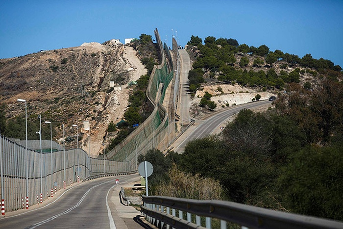 The-border-fence-between--009