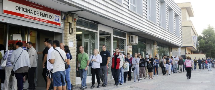 People wait in line at a government employment office at Santa Eugenia's Madrid suburb on October 04, 2011. The number of unemployed in Spain increased in September to 4.226 million, a 2.32% monthly increase, Spanish government announced. This number reached a record high in March of 4.33 million unemployed, the highest level since the start of the economic crisis in 2008. AFP PHOTO / DOMINIQUE FAGET TELETIPOS_CORREO:FIN,FIN,%%%,%%%